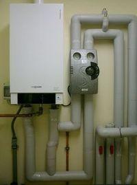 Gas-Brennwert-Heizkessel 35 kW und  Hocheffizienz-Heizkreispumpe
