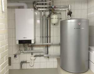 Gasbrennwert-Heizgerät mit Warmwasserspeicher